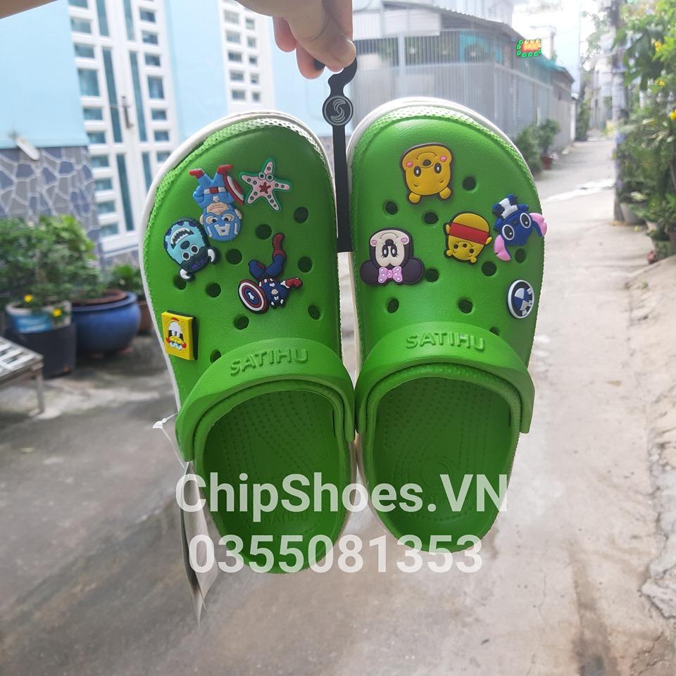 dép crocs màu xanh lá cây kèm 6 st